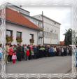 Pohľad na zhromaždenie pred domov Msgr. Viktora Trstenského, fotografia 27.9.2008